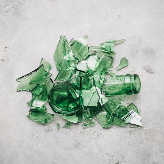 Scherbenhaufen grüne Glasflasche