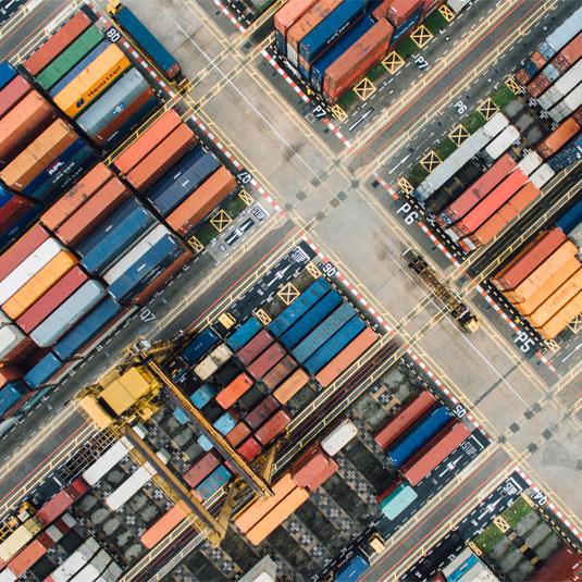 Vogelperspektive eines Containerhafens