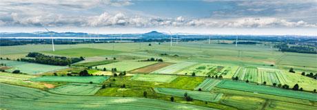 ökologische Felder, Windräder, Berge, See